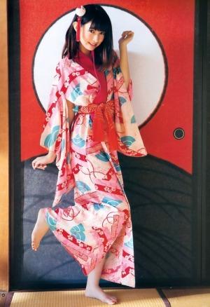 Kyoko Hinami looking lovely barefoot in yukata : )